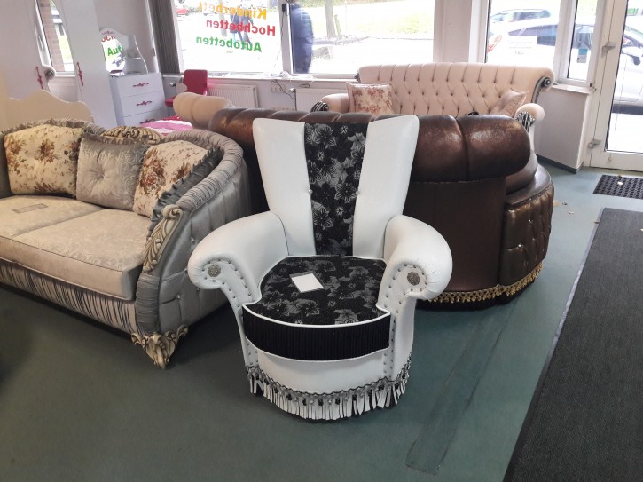 Sessel Una in Schwarz Weiss Chesterfield design
