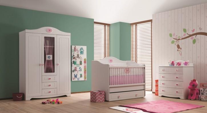 Babyzimmer Pamuk weiss creme Landhausstil Traum Herzgriffe pink