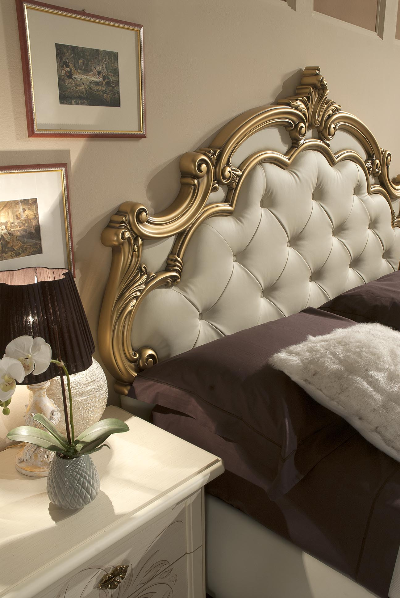 bett silvia mit stauraum in beige gold luxus design. Black Bedroom Furniture Sets. Home Design Ideas
